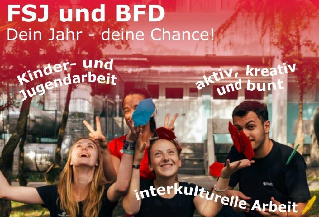 Werbeplakat für neue FSJler: vier junge Menschen sitzen zusammen. werfen buntes gefaltetes Papier in die Luft und lachen. Worte und Informationen sind eingefügt.