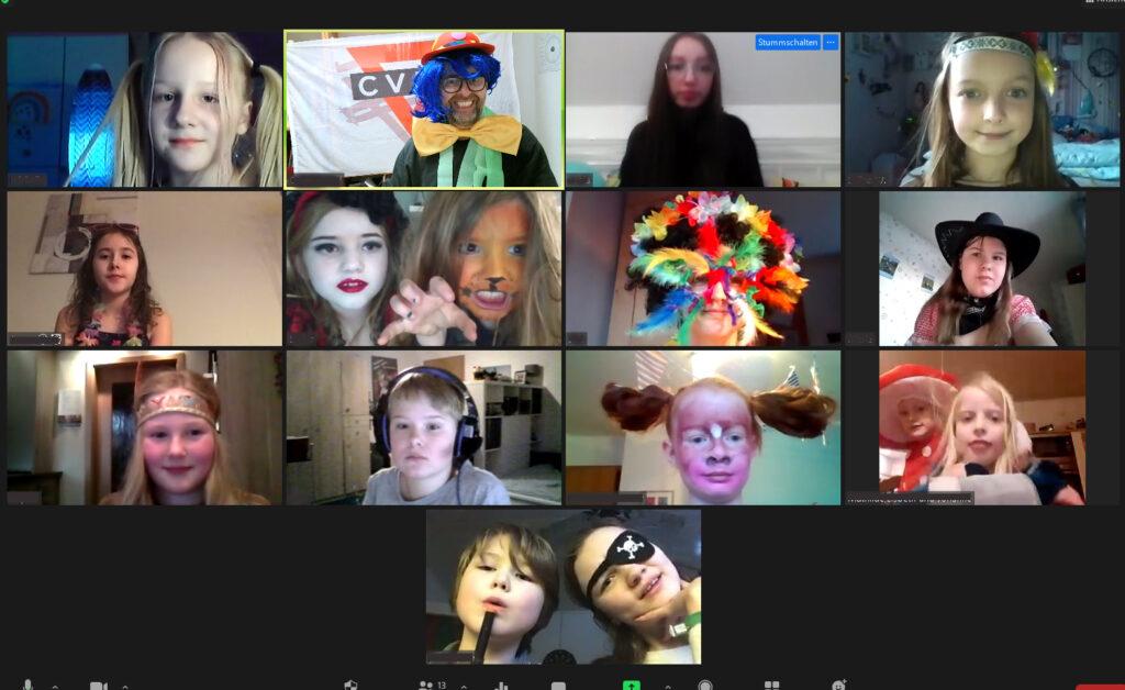 Screenshot der Karnevalfeier über Videochat. Die Kinder sind geschminkt und verkleidet.