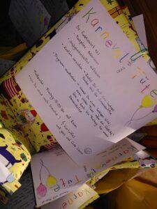 Foto der gepackten Karnevaltüten in bunten Geschenkpapier.